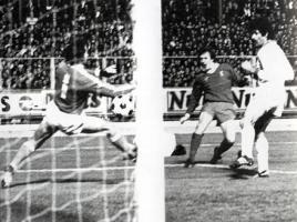 Рэй Кеннеди забивает в ворота Клеффа (c) LiverpoolFC.tv