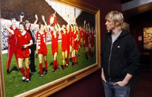 Фернандо Торрес рядом с легендами «Ливерпуля»