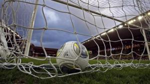 Мяч в вотротах фото.© yahoo.com