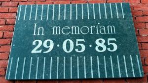 Мемориальная доска в память о трагедии на Эйзеле (с) pt.uefa.com
