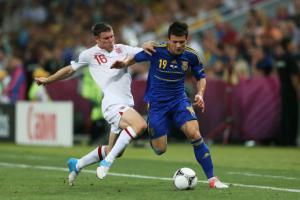 Евгений Коноплянка в матче против сборной Англии (c) Getty