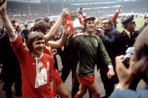 Брайан Холл, Эмлин Хьюз и Рэй Клеменс с Кубком Англии (c) Liverpool Echo