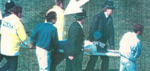 Алан Макглоун на носилках на «Хиллсборо» (c) LiverpoolFC.com