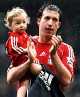 Робби Фаулер с дочерью по завершении последнего матча за клуб (c) Daily Mail