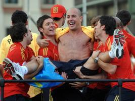 Пепе Рейна, Шаби Алонсо и сборная Испании после победы на ЧЕ (c) Sky Sports