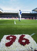 Стивен Уорнок и панно в память о жертвах Хиллсборо (c) LiverpoolFC.tv