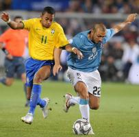 Андреа Доссена и Робиньо в матче Италии и Бразилии (c) Daily Mail