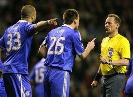 Игроки «Челси» Алекс и Терри оказывают давление на Бо Ларсена (c) Sky Sports