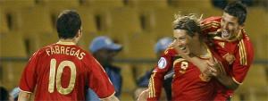 Фернандо Торрес и его партнёры по сборной празднуют гол (c) AS