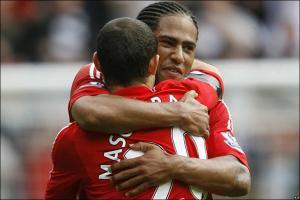 Глен Джонсон и Хавьер Маскерано празднуют гол в ворота «Болтона» (c) BBC