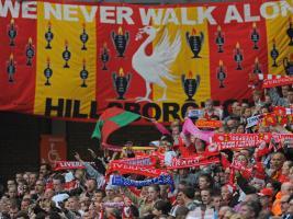 Флаг «Хиллсборо» на «Энфилде» 15 апреля (c) Sky Sports