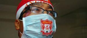 Болельщик «Ливерпуля» в маске, защищающей от свиного гриппа (c) Liverpool Echo