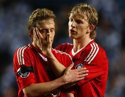 Дирк Кёйт утешает Лукаса Лейву после ничейного матча c «Челси» (c) Mirror