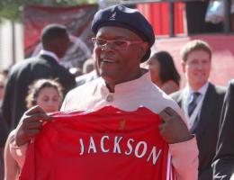 Сэмюэль Л. Джексон с футболкой «Ливерпуля» (c) LiverpoolFC.tv