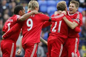 Стивен Джеррард и его партнёры радуются голу в ворота «Болтона» (c) BBC