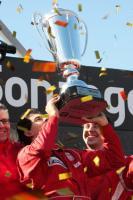 Адриан Вальес с кубком победителя Суперлиги (c) LiverpoolFC.tv