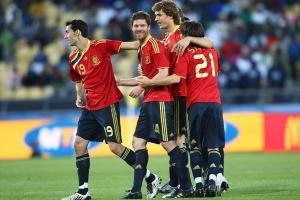 Шаби Алонсо празднует победный гол в ворота ЮАР (c) UEFA