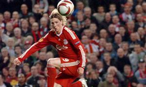 Фернандо Торрес забивает гол «Бенфике» (c) Liverpool Daily Post