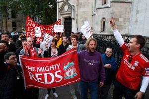 Болельщики «Ливерпуля» рядом со зданием суда