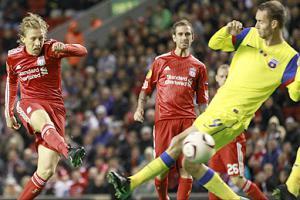 Лукас забивает гол в ворота Стяуа (c) Reuters