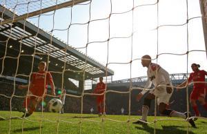 Дирк Кёйт забивает «Манчестер Юнайтед» (c) Getty