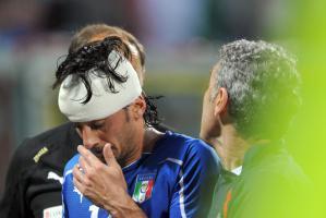 Альберто Аквилани получает травму в матче за сборную Италии