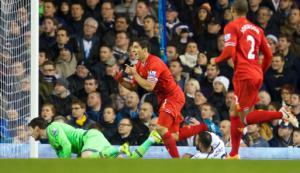Луис Суарес забивает в ворота «Тоттенхэма» (c) LiverpoolFC.com