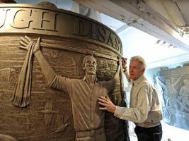 Памятник жертвам «Хиллсборо» и его автор Том Мёрфи (c) Gareth Jones