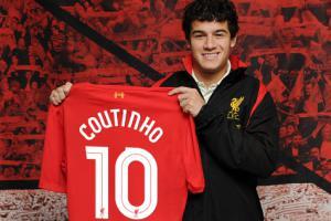 Филиппе Коутиньо с футболкой «Ливерпуля» (c) LiverpoolFC.com