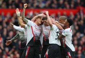 Стивен Джеррард забивает пенальти в ворота «Манчестер Юнайтед» (c) Getty