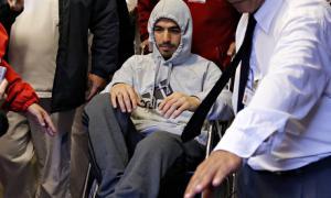 Луис Суарес поидает больницу в Монтевидео на инвалидной коляске (c) Reuters