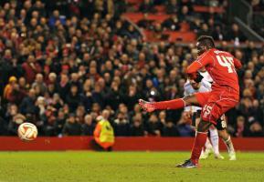 Марио Балотелли бьёт пенальти (c) Liverpool Echo
