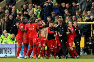 Игроки «Ливерпуля» празднуют победу над «Норвичем» (c) Getty