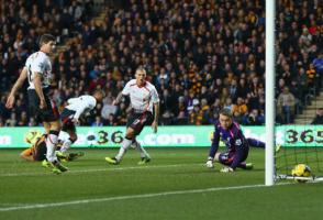 Игроки «Ливерпуля» смотрят, как мяч влетает в ворота (c) LiverpoolFC.com