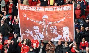 Фотография болельщиков «Ливерпуля» с баннером
