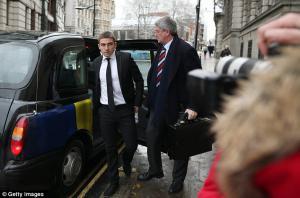 Антон Роджерс прибывает в суд (с) The Daily Mail