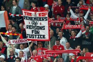 Болельщики «Ливерпуля» с баннером «Хиллсборо» на трибуне Коп (c) Telegraph
