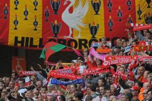 Болельщики «Ливерпуля» с баннером «Хиллсборо» на трибуне Коп (c) Guardian