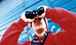 Человек с биноклем (c) Getty Images