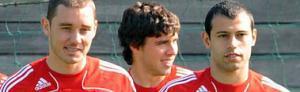 Фабио Аурелио, Эмилиано Инсуа и Хавьер Маскерано (с) Liverpoolfc.tv