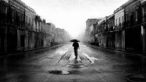 Одинокий человек в дождь Фото. © day.sibnet.ru