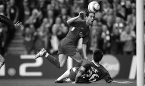Луис Гарсия забивает гол в ворота «Челси»