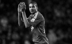 Давид Нгог аплодирует «Энфилду» (с) Liverpool Daily Post