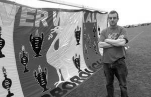 Питер Кэрни и его флаг памяти жертв «Хиллсборо» (c) Liverpool Echo