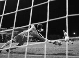 Петер Гулачи берёт пенальти в исполнении Радима Ржезника (c) FIFA.com