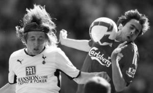 Йосси Бенаюн против Луки Модрича в матче на «Энфилде» (c) Daily Mail