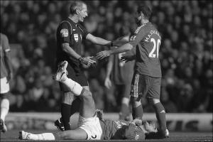 Хавьер Маскерано нарушает правила в матче против «Эвертона» (c) Getty Images