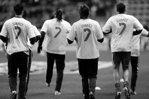 Игроки «Ливерпуля» демонстрируют свою поддержку Суареса (c) LiverpoolFC.tv