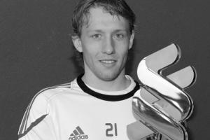 Лукас Лейва с призом Лучшему игроку «Ливерпуля» в сезоне 2010/2011 (c) LFC TV