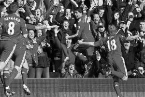Луис Суарес и партнёры празднуют гол в ворота МЮ (c) LiverpoolFC.tv